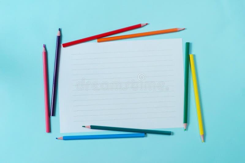 Weißbuch auf dem Hintergrund lizenzfreie stockfotografie