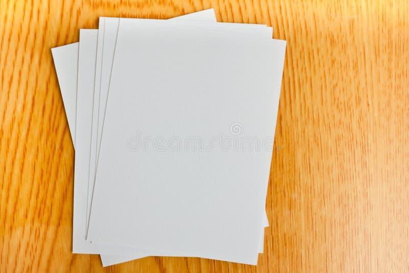 Weißbuch auf hölzerner Tabelle lizenzfreies stockbild
