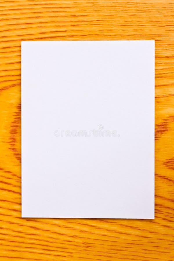 Weißbuch auf hölzerner Tabelle lizenzfreie stockbilder