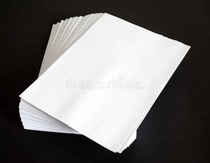 Weißbuch auf Schwarzem stockfotos
