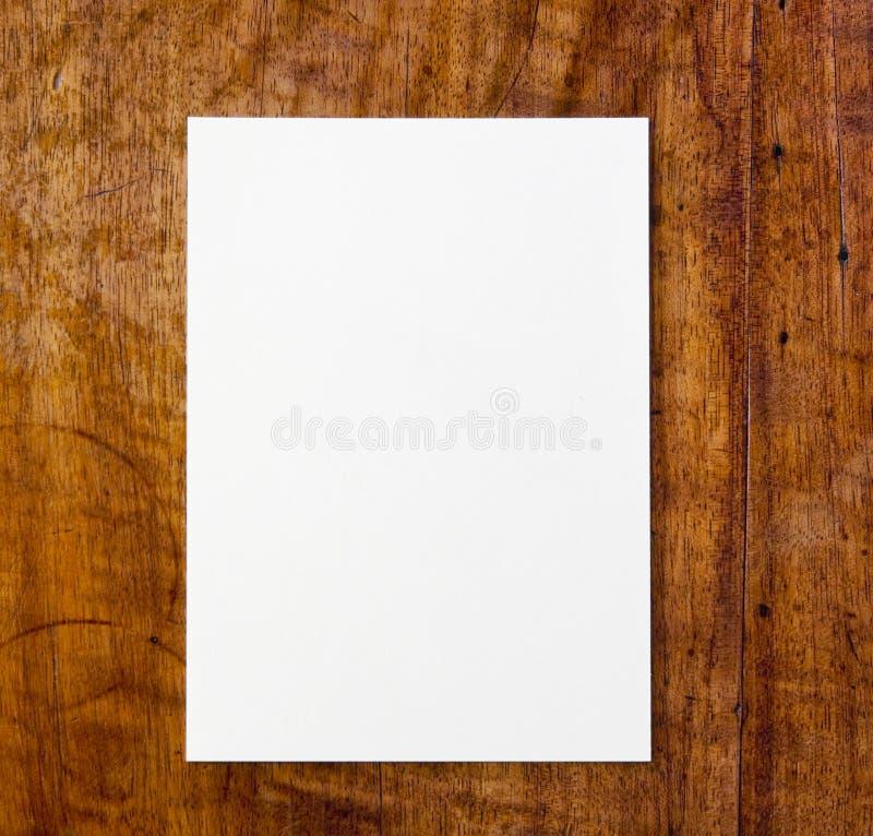 Weißbuch auf Tabelle lizenzfreie stockfotografie