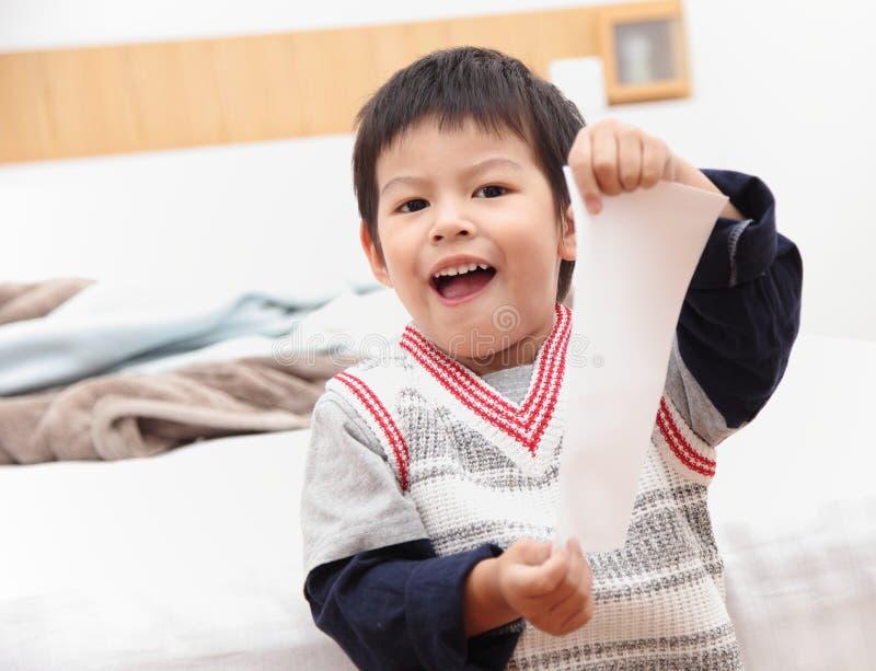 Weißbuch der asiatischen Jungenshow im Schlafzimmer lizenzfreie stockfotografie