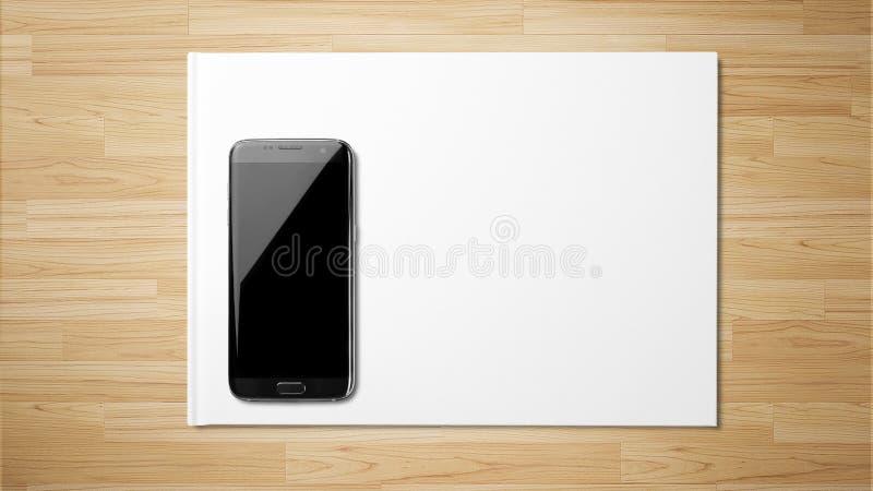 Weißbuch des schwarzen Smartphone auf hölzernem Hintergrund stockfotografie
