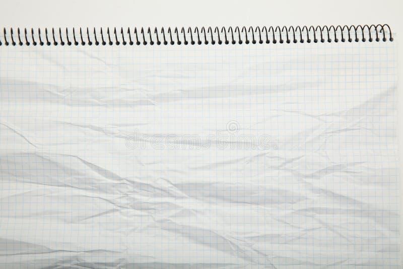 Weißbuch zerknitterte Beschaffenheit in einem Käfig, Zusammenfassung Notizblockhintergrund lizenzfreie stockfotografie