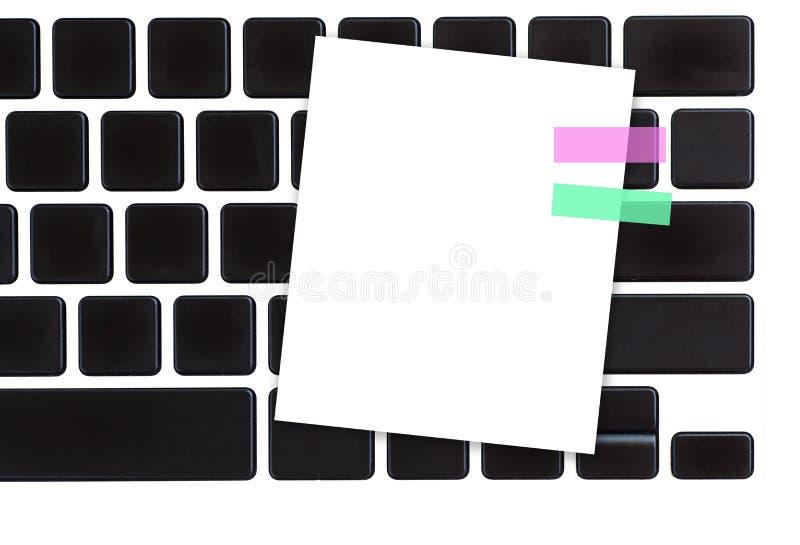 Weißbuchanmerkung über Computertastatur lizenzfreies stockbild