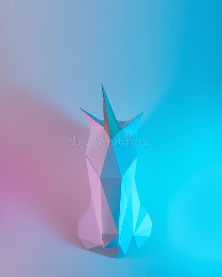 Weißbucheinhornkopf in den ganz eigenhändig geschrieben Farben der vibrierenden mutigen Steigung Minimales Kunstphantasiekonzept stockfotografie