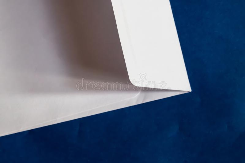 Weißbuchumschlagnahaufnahme mit blauem Hintergrund - Bild lizenzfreie stockfotos