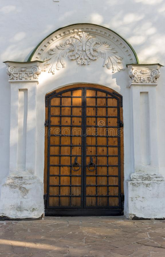 Weiße alte christliche Kirche mit goldenem Kreuz auf die Oberseite gegen klaren blauen Himmel Religions- und Glaubenkonzept Katho stockfotos