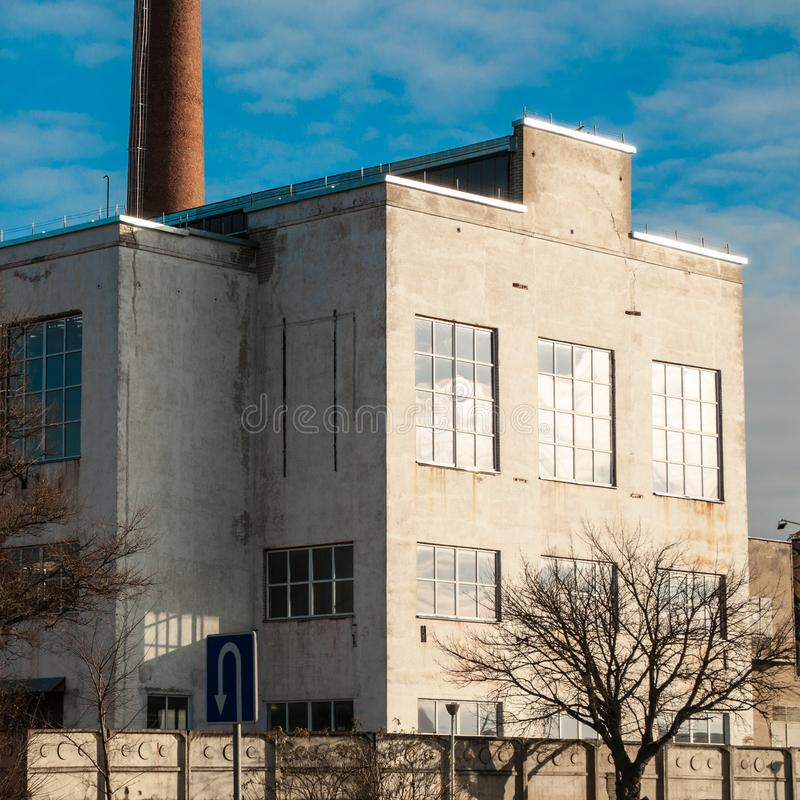 Weiße alte Fabrik in Kaunas stockbilder