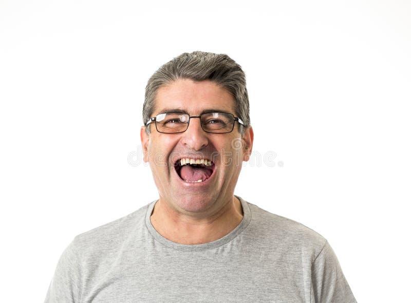 Weiße alte lächelnde glückliche Vertretung des Mannes 40 bis 50 Jahre nett und posi lizenzfreie stockfotos