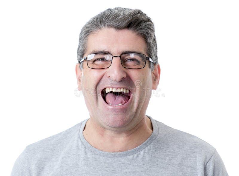 Weiße alte lächelnde glückliche Vertretung des Mannes 40 bis 50 Jahre nett und posi lizenzfreie stockbilder
