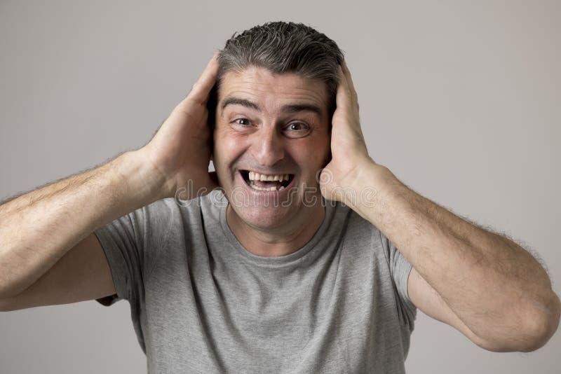 Weiße alte lächelnde glückliche Vertretung des Mannes 40 bis 50 Jahre nett und positiver Gesichtsausdruck lokalisiert auf grauem  stockbilder
