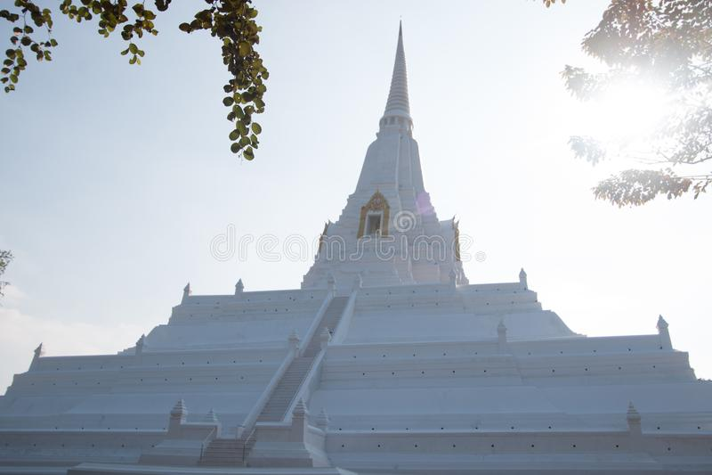 Weiße alte Pagode Wat-phu khao Zapfens und blauer Himmel lizenzfreie stockfotografie