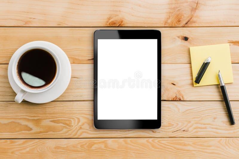 Weiße Anzeige und Kaffee des Tablets auf hölzernem Arbeitsplatz stockbild