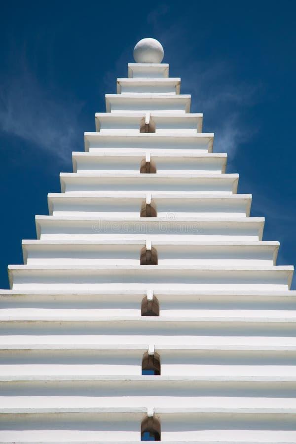 Weiße Architektur auf dem Blau, vertikal stockfotografie