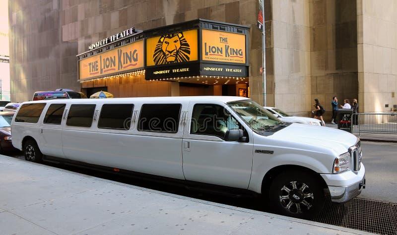 Wei?e Ausdehnungs-Limousine auf Broadway lizenzfreie stockbilder