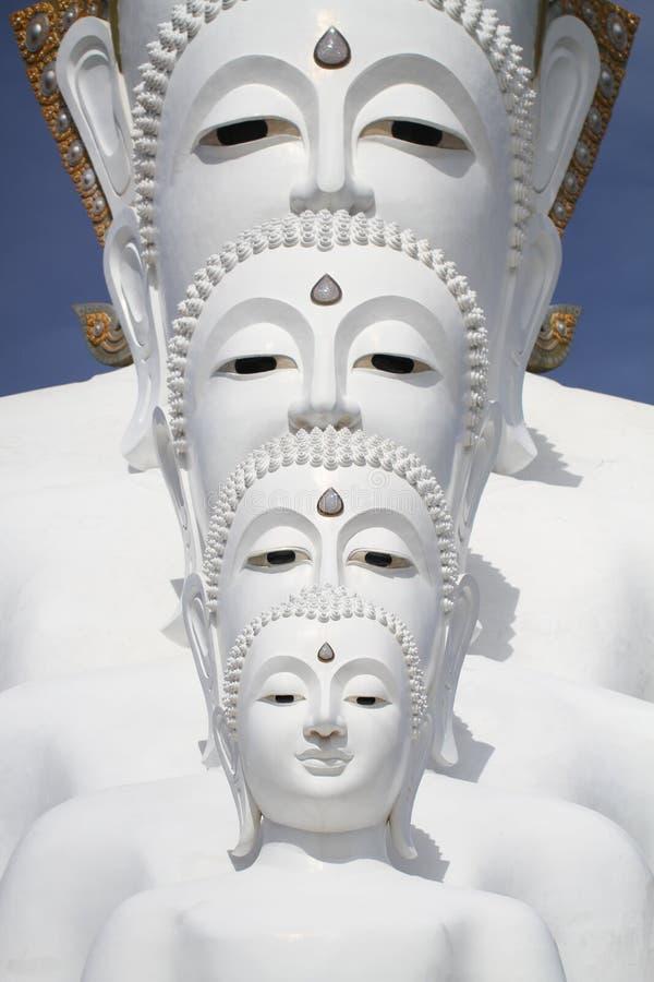 Weiße Ausrichtung des Buddha-Statuenbrunnens vor blauem Himmel und Berg lizenzfreies stockfoto