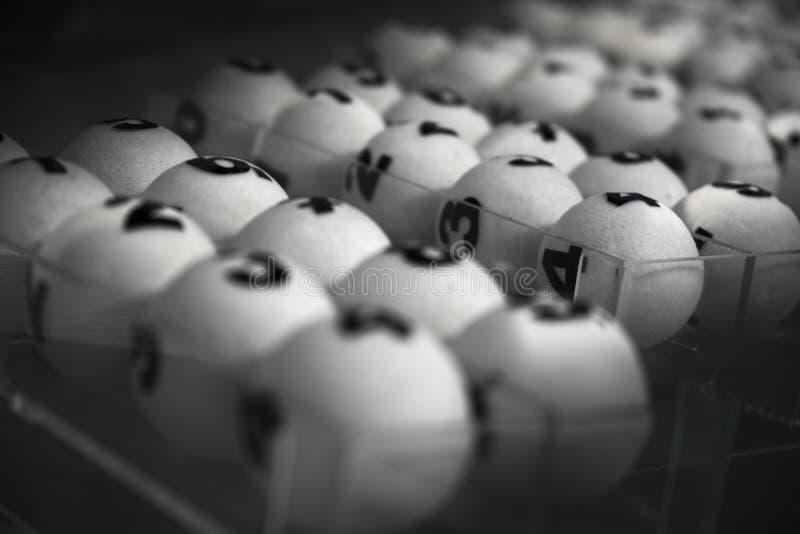 weiße Bälle für das Spiel der Lotterie stockfotos