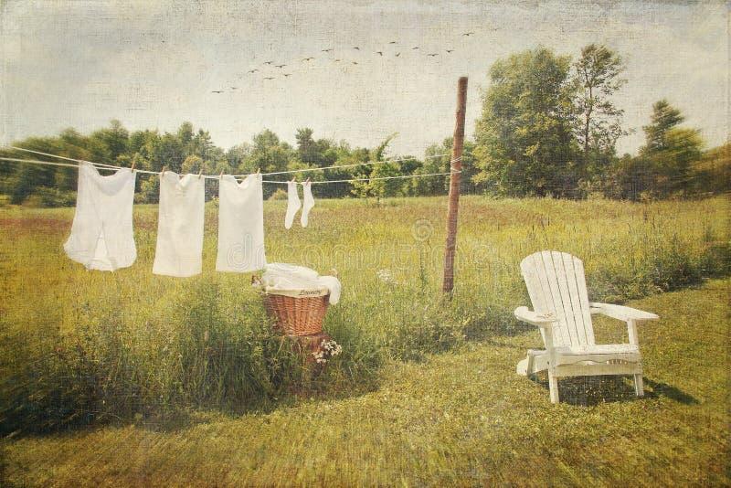 Weiße Baumwolle kleidet Trockner auf einer Wäschezeile stockfotos
