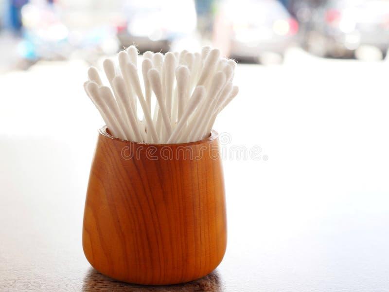 Weiße Baumwollknospe im hölzernen Zylinder auf Tabelle mit dem Konzept von healthss lizenzfreie stockfotografie