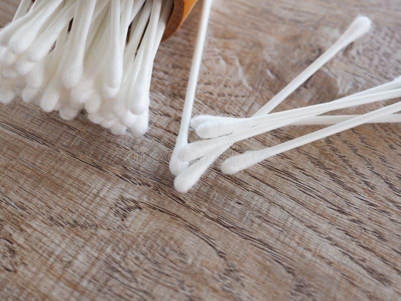 Weiße Baumwollknospe im hölzernen Zylinder auf Tabelle mit dem Konzept von healthss stockbild