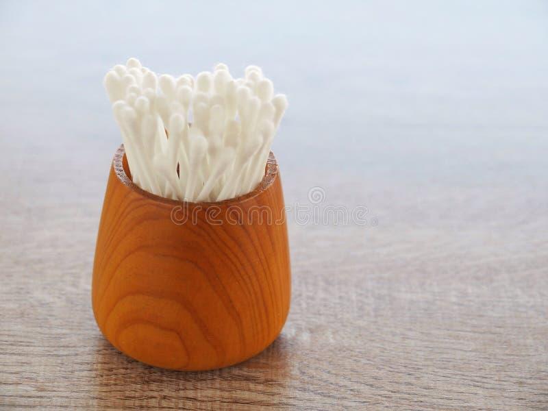 Weiße Baumwollknospe im hölzernen Zylinder auf Tabelle mit dem Konzept von healthss lizenzfreies stockbild