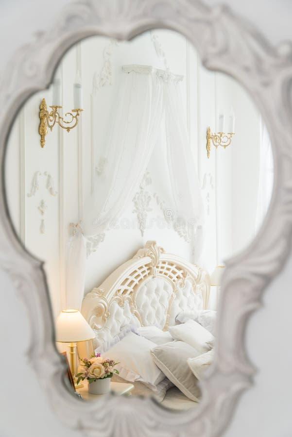 Weiße berdroom Reflexion im Spiegel stockfoto