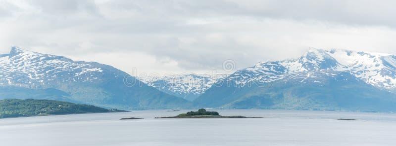 Weiße Berge nahe bei dem Wasser in Fjorden Norwegens Lofoten lizenzfreie stockfotografie