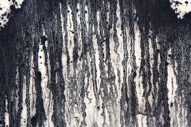 Weiße Betonmauer mit schwarzer Farbe tropft, abstrakter Hintergrund lizenzfreie stockfotografie