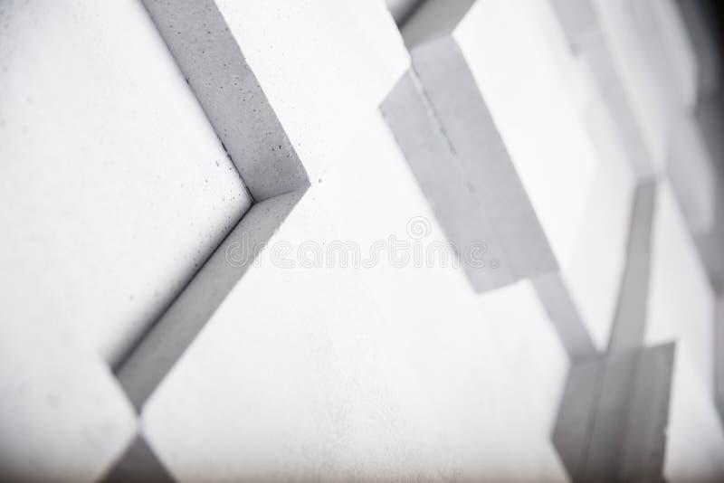 Weiße Betonmauer mit Würfelgeometrie-Dekorationshintergrund lizenzfreies stockfoto