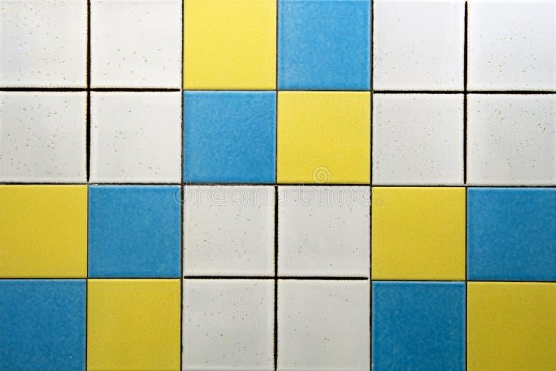 Weiße, Blaue Und Gelbe Fliesen Stockbild - Bild von küche, keramisch ...