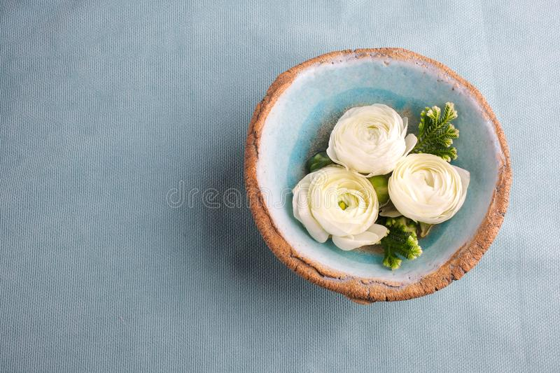 Weiße Blumen In Der Blauen Schüssel Wasser, Badekurort, Fahne ...