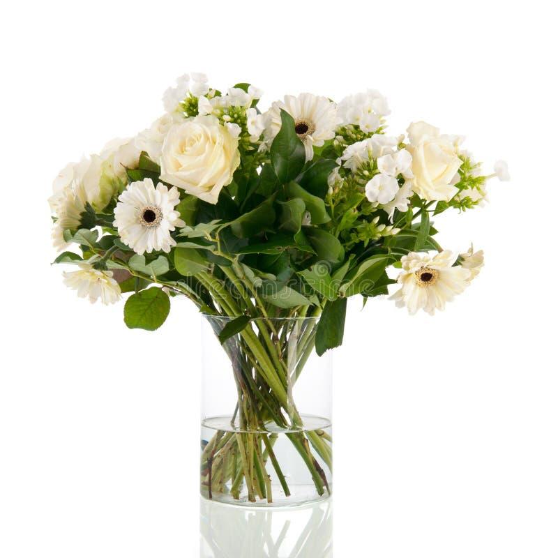 Weiße Blumen des Mischblumenstraußes lizenzfreie stockfotografie