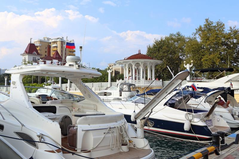 Weiße Boote und Yachten im Hafen von Sochi lizenzfreie stockbilder