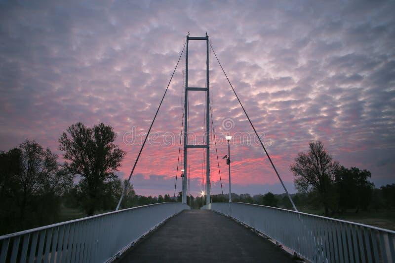 Weiße Brücke bei Sonnenaufgang stockbild