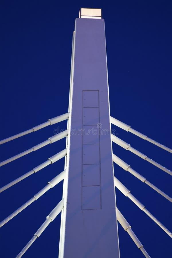 Weiße Brücke unter blauem Himmel stockfoto
