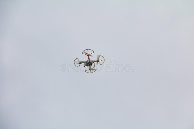 Weiße Brummenbewegung, die mit Fotokamerafliegen im Himmel schwebt stockfotos