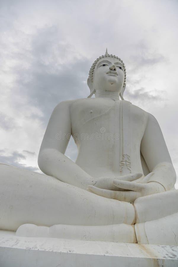 Weiße Buddha-Statue stockbild