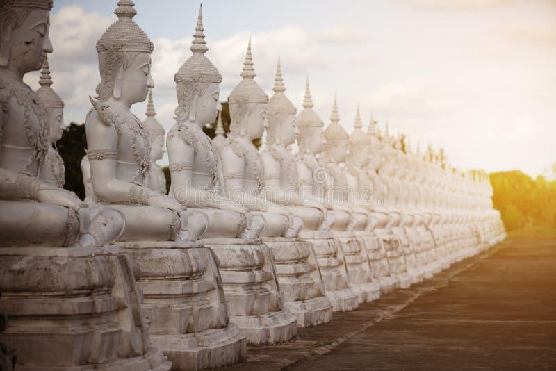 Weiße Buddha-Statue der Reihe lizenzfreies stockfoto
