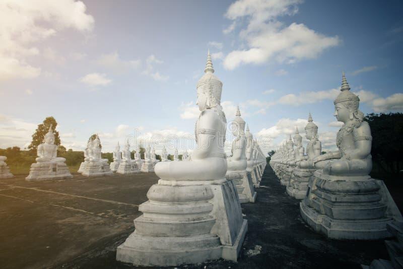 Weiße Buddha-Statue der Reihe stockfotografie