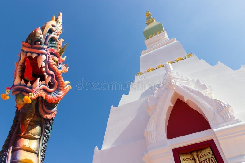 Weiße buddhistische Pagoden- und Drachestatue lizenzfreies stockbild