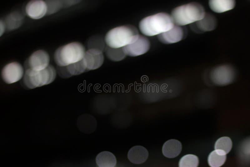Weiße bunte Zusammenfassung Lichteffekte Bewegung auf schwarzem Hintergrund für Dekorationsgrafikdesign, Nachtbeleuchtungs-Hinter lizenzfreie stockfotografie