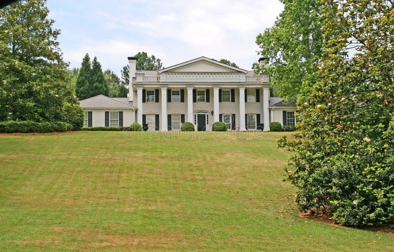Weiße Columned Villa lizenzfreie stockbilder