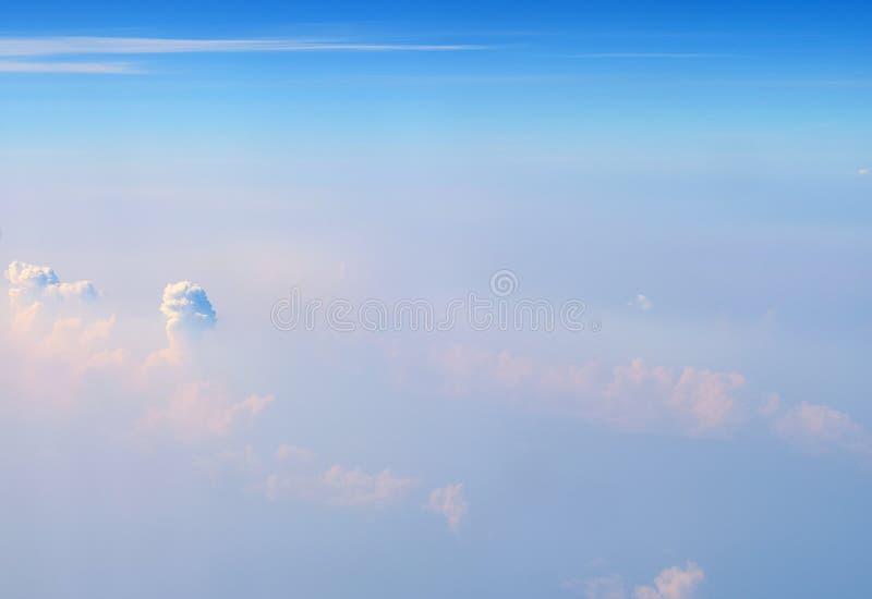 Weiße Cumulonimbus-und Altostratus-Wolken im unbegrenzten blauen Himmel - Vogelperspektive - abstrakter natürlicher Hintergrund stockfoto