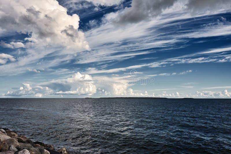 Weiße Cumulus Wolken in Himmel über blaues Meerwasser-Landschaft, große Wolken über dem Ozean-Panorama, Horizont, schönes tropisc stockfotos