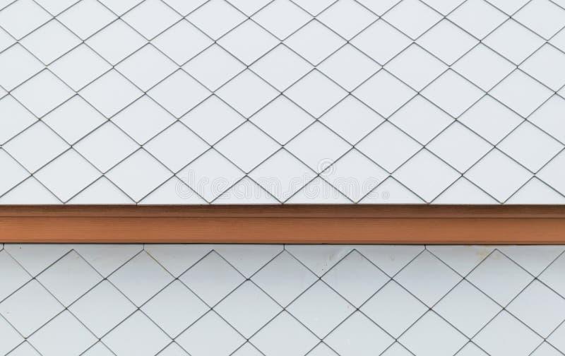 Weiße Dachplatten mit Holz stockbilder