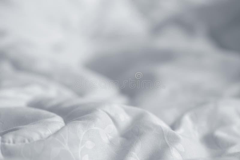 Weiße Decke Knittern Sie unordentliche Decke im Schlafzimmer, nachdem Sie morgens aufgewacht sind Bettdetails stockfoto