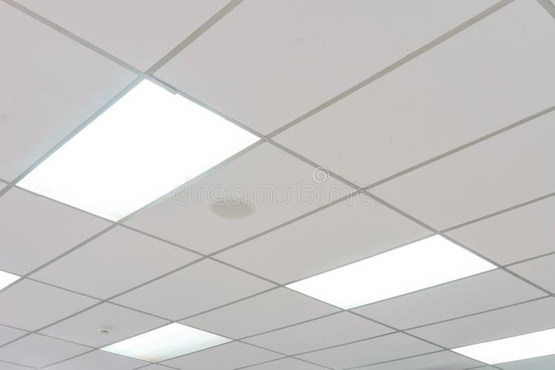 Weiße Decke mit Neonglühlampen uprisen herein Ansicht als Hintergrundinnenausstattungskonzept mit Kopienraum lizenzfreie stockbilder