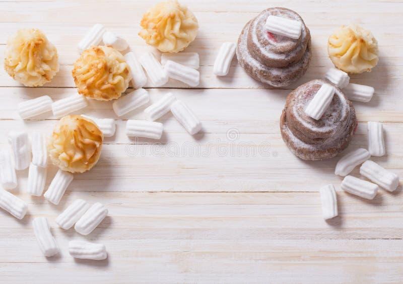 Weiße Eibische mit Kuchen stockfotografie