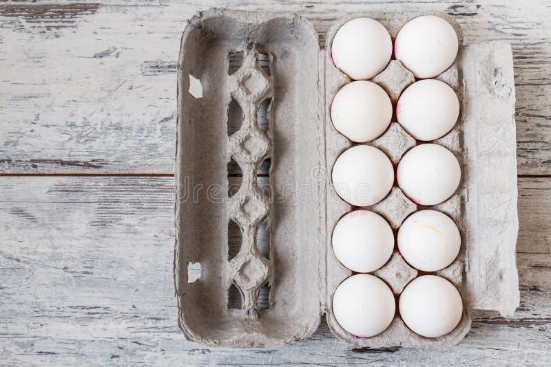Weiße Eier in der modernen Pappverpackung lizenzfreie stockfotografie